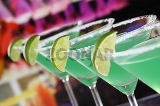 Grüne Martini Cocktails in Gläsern in einer Bar