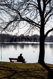 Einsamer Mann bei einem See