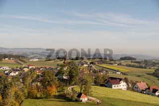 hügeliges Ortsbild Kirchberg ob der Donau im Herbst - Austria