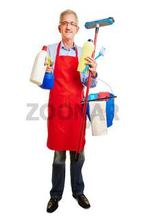 Mann mit Reinigungsmitteln als Haushaltshilfe