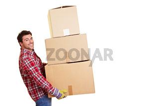 Lachender Umzugshelfer mit Kartons
