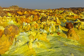 Fumarolen in schwefelhaltigen pyramidenförmigen Ablagerungen, Geothermalgebiet Dallol, Äthiopien