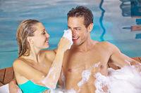 Paar hat Spaß im Whirlpool im Spa
