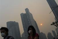 Singapur, Republik Singapur, Fussgaenger mit Atemschutzmasken im Smog verschleierten Geschaeftsviertel von Marina Bay