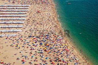 Überfüllter Strand in Portugal