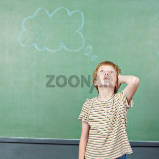 Junge in Schule beim Nachdenken