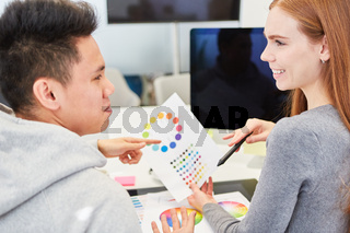 Grafikdesigner diskutieren eine Idee zum Farbdesign