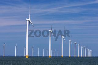 Offshore-Windpark vor blauem Himmel im IJsselmeer