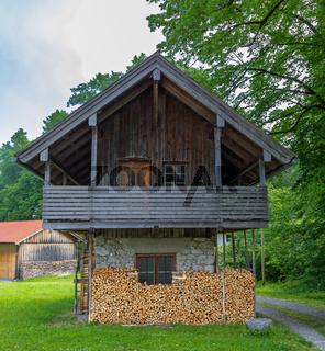 Haus mit frisch gestapeltem Brennholz in Bayern