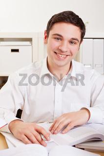 Mann lernt für Ausbildung
