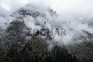 Nebelverhangene Bergwand am Hochkalter, Berchtsgaden, Oktober