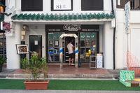 Singapur, Republik Singapur, Desinfektions-Dusche vor einem Restaurant waehrend der Coronakrise (Covid-19)