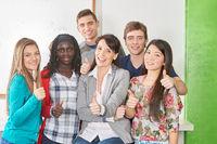 Schüler in Schule halten Daumen hoch