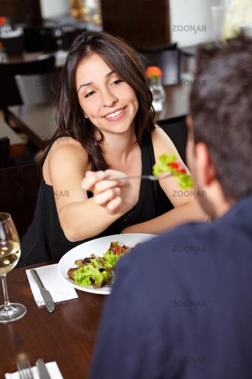 Frau im Restaurant lässt Mann kosten