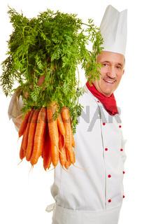 Koch zeigt frische Möhren