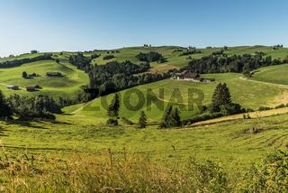 Landschaft im Appenzellerland mit Almen und Bauernhäusern, Schweiz