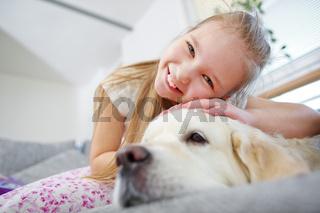 Glückliches Mädchen mit Golden Retriever Hund