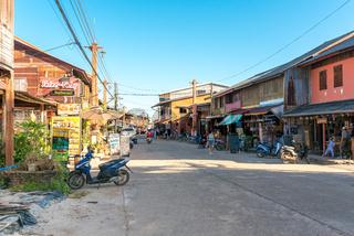 Hauptstraße in der Kleinstadt Ban Ko Lanta