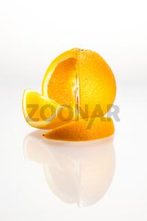Angeschnittene Orange mit Spiegelung vor weißem Hintergrund