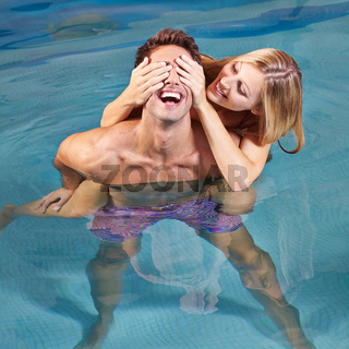 Lachendes Paar hat Spaß im Pool