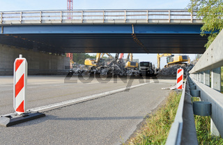 Brückenabriss an Autobahn