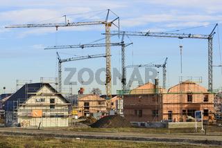 Panorama von Baustelle mit vielen Häusern im Rohbau