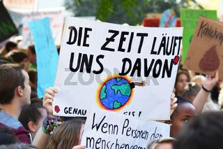 Protestbanner mit Text 'Die Zeit läuft uns davon' aus deutschen 'Fridays for Future' Streik