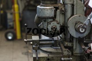 Metallsäge in einer Schmiede