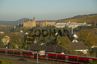 Kloster Kalvarienberg, Bad Neuenahr-Ahrweiler, Weinberge im Herbst, Ahrtal, hier wird Rotwein der Spätburgunder und Portugieser Traube angebaut, Rotweinanbaugebiet, Eifel, Rheinland-Pfalz, Deutschland, Europa
