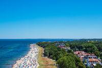 Blick auf die Stadt Kühlungsborn mit Strand und Ostsee