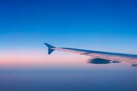 Tragfläche eines fliegenden Flugzeuges in der Luft