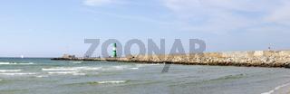 Mole bei der Hafeneinfahrt in Warnemünde an der Ostsee