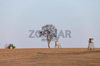 Landschaftsaufnahme mit dem Teleobjektiv Hochsitz Baum Traktor