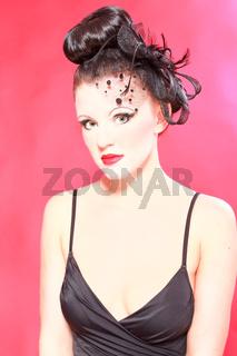 Verlockende Frau in Schwarz mit einzigartigen Hair
