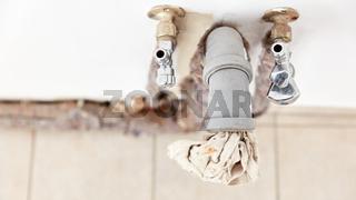 Rohr und Wasseranschluss in Küche nach Renovierung
