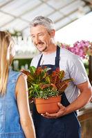 Frau bekommt Beratung von Florist