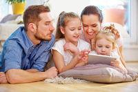 Familie und Kinder spielen mit Tablet Computer