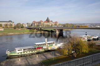 Schiffsanleger am Elbeufer, Dresden, Sachsen, Deutschland, Europa