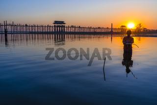 Angler vor U-Bein Brücke während des Sonnenuntergangs, Amarapura, Myanmar, Asien