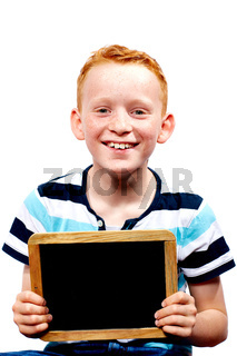 Junge mit Tafel in der Hand