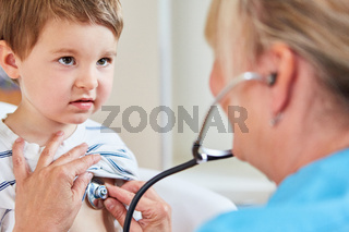 Kinderärztin bei Vorsorgeuntersuchung von Kind