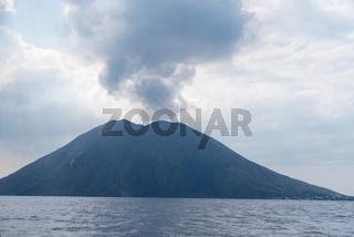 Rauchwolke über den aktiven Vulkan Stromboli in Italien