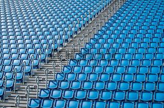 Stadionsitze und Treppe