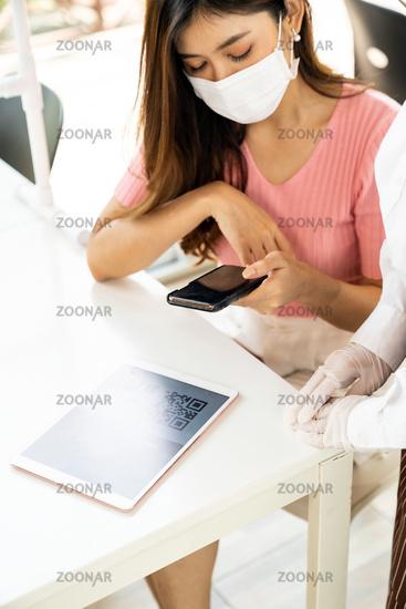 Customer scan online menu from waitress.