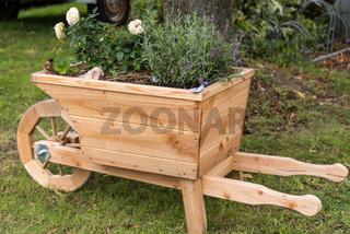 Holzschubkarre als Blumentopf und dekorativer Übertopf