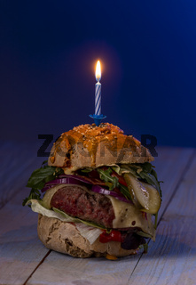 Cheeseburger mit Kerze