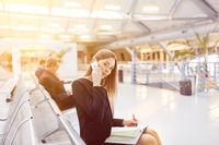 Business Frau im Wartebereich vom Flughafen