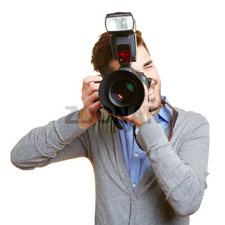 Profi-Fotograf mit Kamera und Blitz
