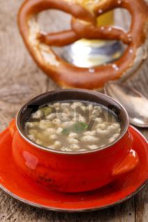 Bayerische Bratspätzlesuppe in der Suppentasse