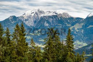 Blick hinüber auf den Watzmann, unten im Tal sind Au und Hinterschönau, Berchtesgaden, Deutschland